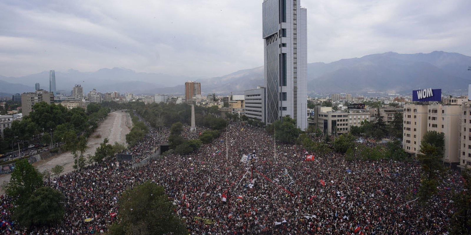 Mass protest at Plaza Baquedano during the eighth day of protests against President Sebastian Piñera's government on October 25, 2019 in Santiago, Chile. Photo by Claudio Santana/Getty Images.