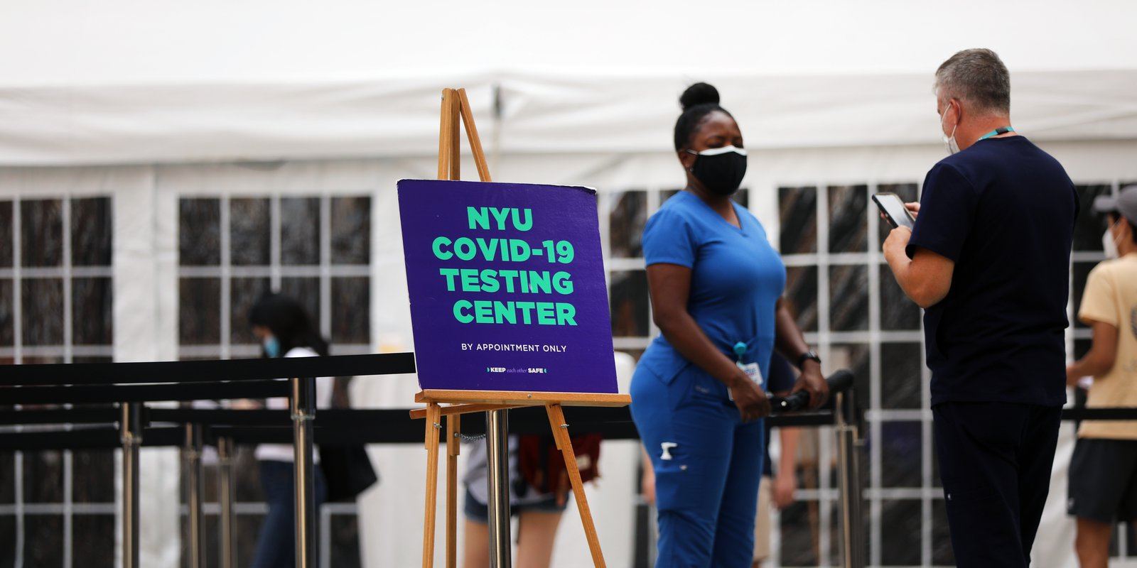 Students at New York University (NYU) take a Covid-19 test outside of its business school on on August 25, 2020 in New York City. (Photo by Spencer Platt/Getty Images)